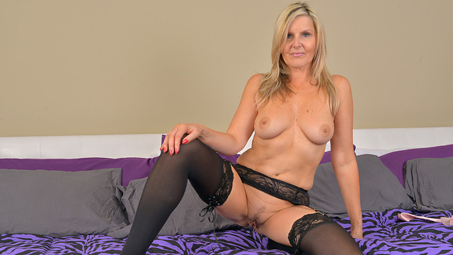 Horny cougar shows off