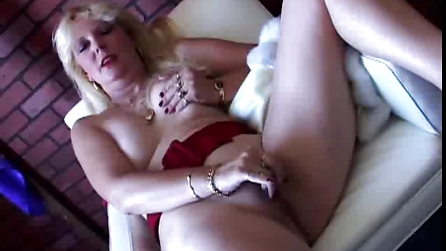 Sexy mature south african amateur shows off her lovely body